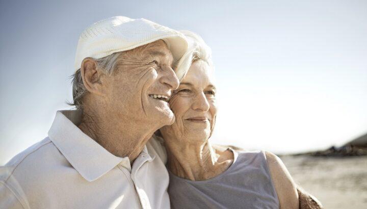 seniorzy na plaży